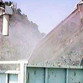 原石運搬車の荷台への散水